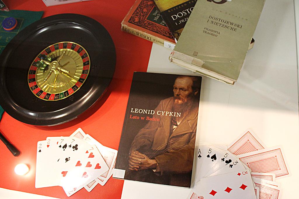 Zdjęcia z ekspozycji przedstawiające książki i dokumenty związane z autorem