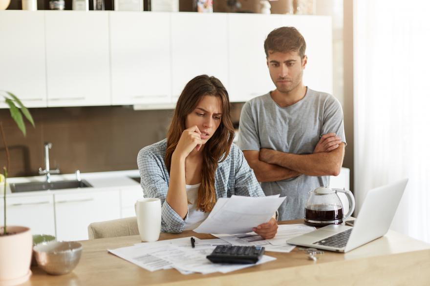 Kobieta i mężczyzna analizująca wniosek