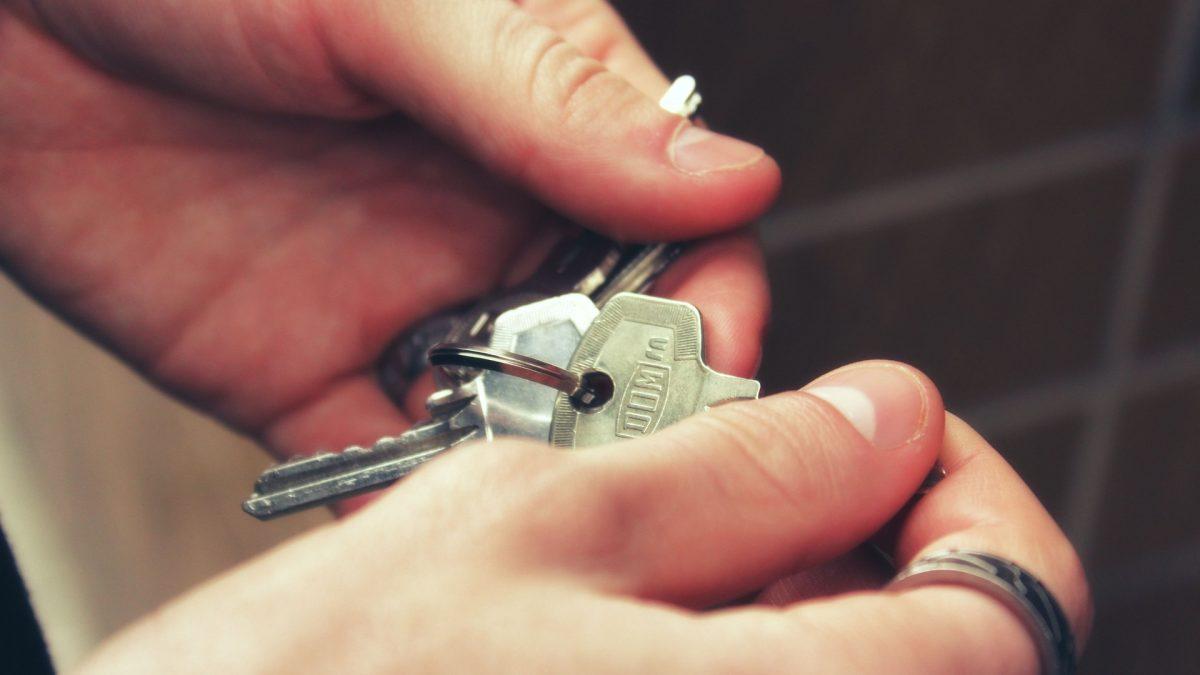 Ręce trzymające klucze od mieszkania