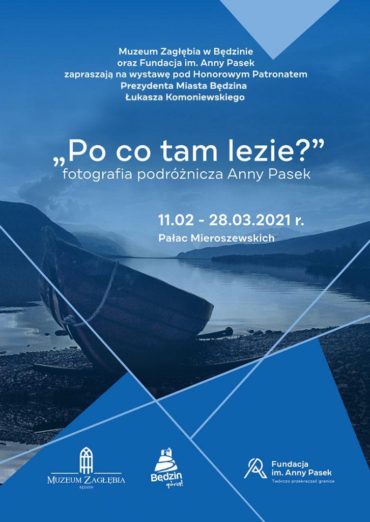 Plakat informujący o wystawie Anny Pasek w kolorystyce ciemno-niebieskiej na tle zdjęcia pejzażu z łodzią