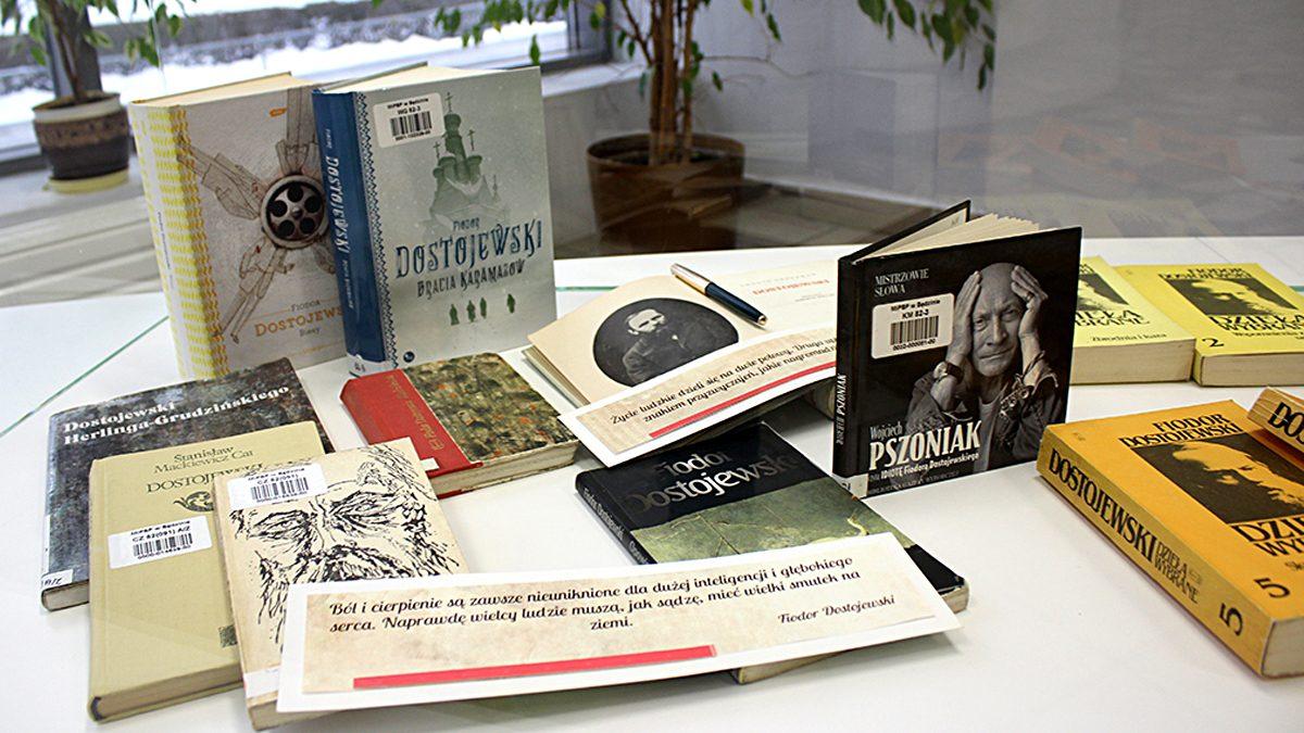 Zdjęcie z ekspozycji przedstawiające książki autora