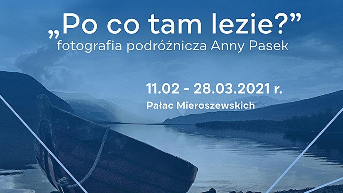 Ilustracja przedstawiająca fragment zdjęcia pejzażu z łodzią w kolorystyce ciemno-niebieskiej z napisem Po co tam lezie?