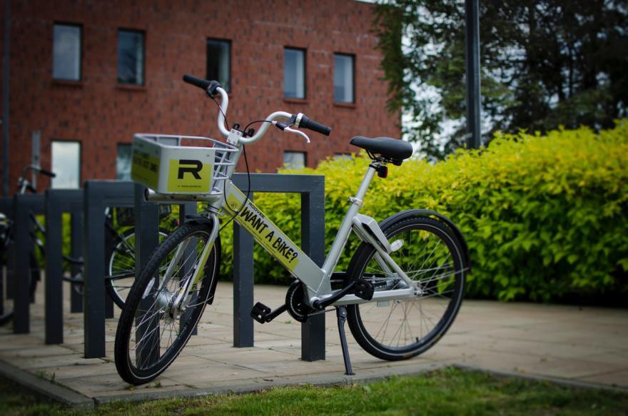 Rower miejski zaparkowany przy stojaku