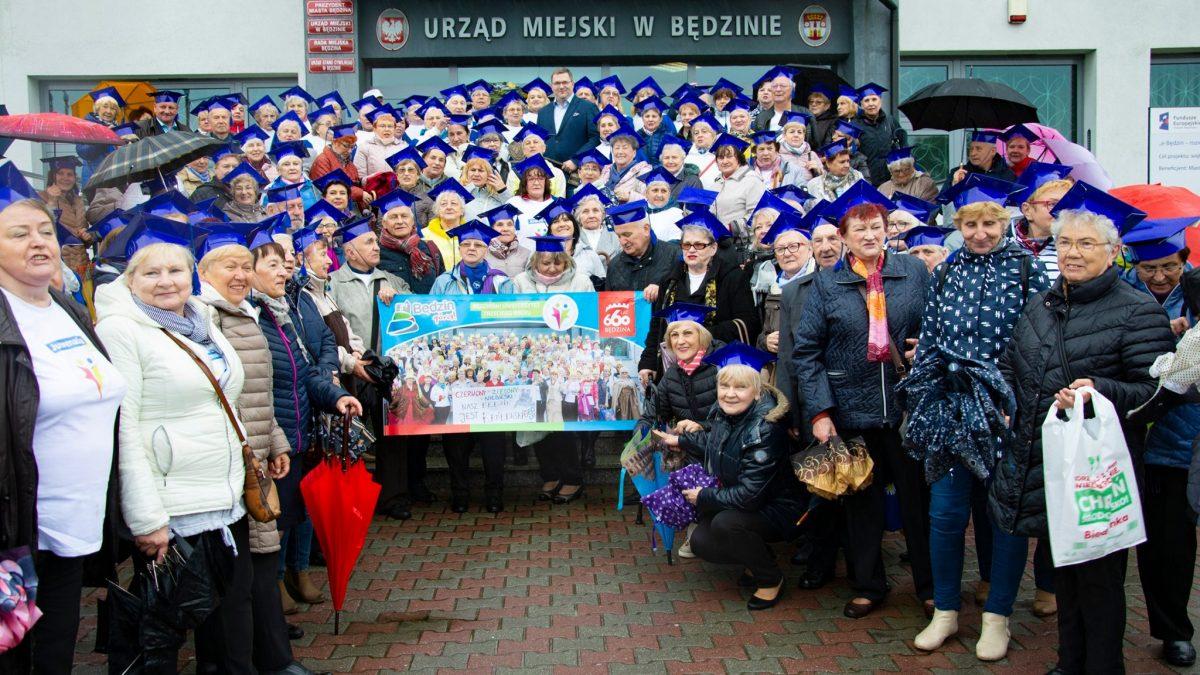 Studenci Butw wraz z Prezydentem Miasta Będzina przed Urzędem Miejskim