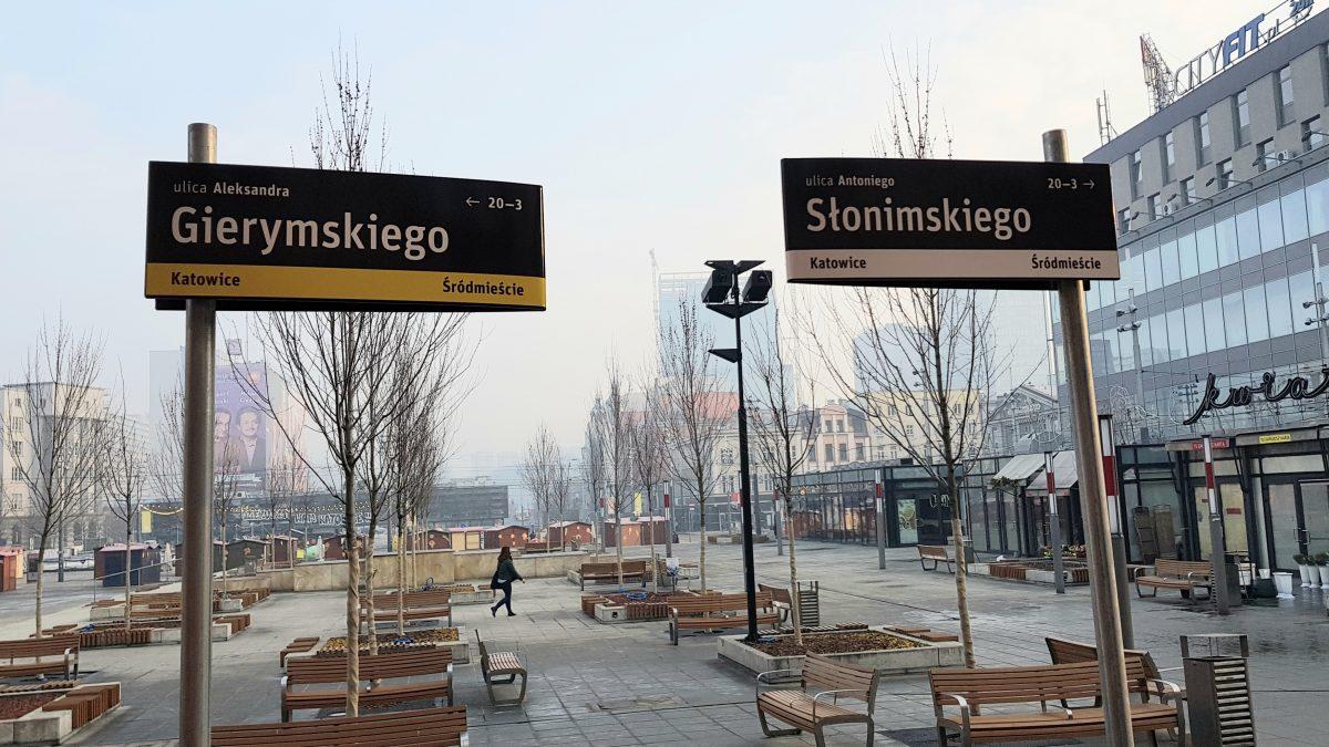 Tabliczki z nazwami ulic na katowickim rynku