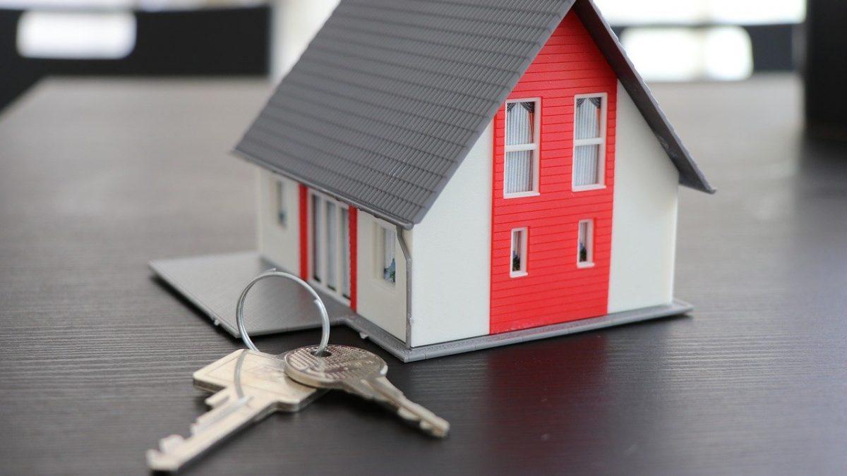 Miniaturowy domek i pęk kluczy do drzwi
