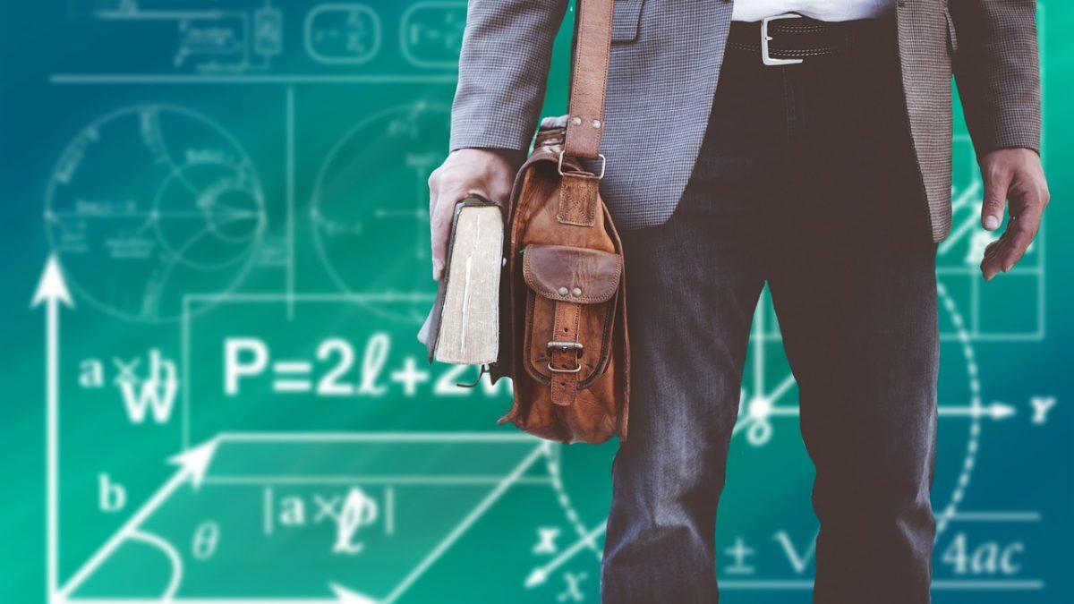 Mężczyzna z torbą na ramię i książką