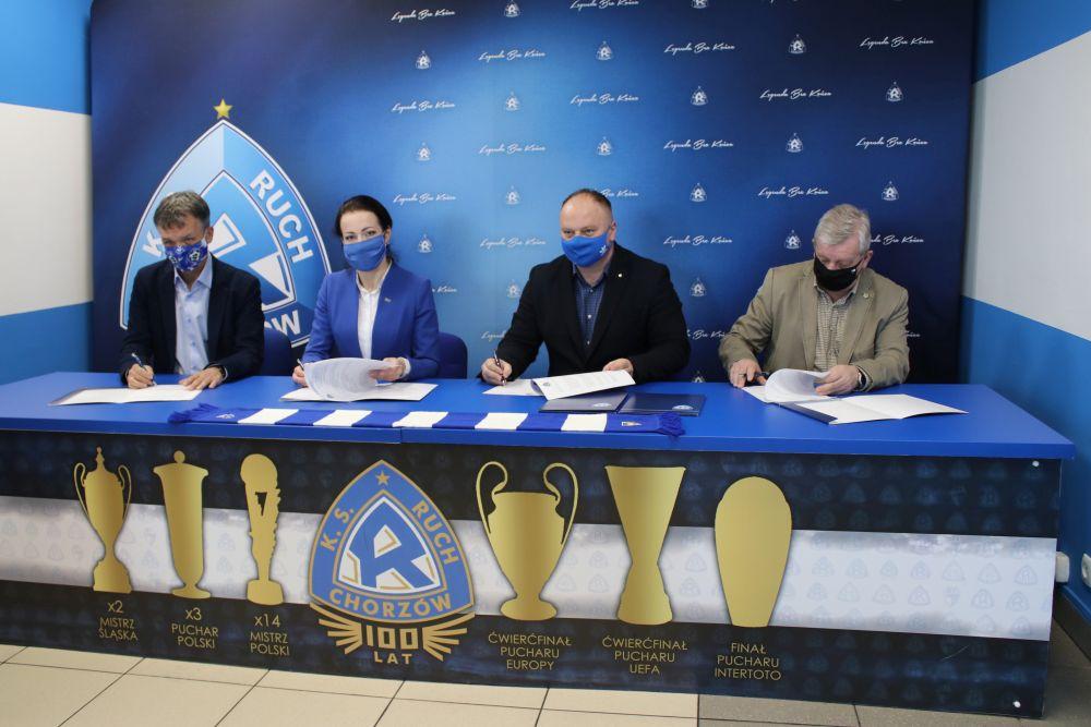 Podpisanie umowy między klubami sportowymi