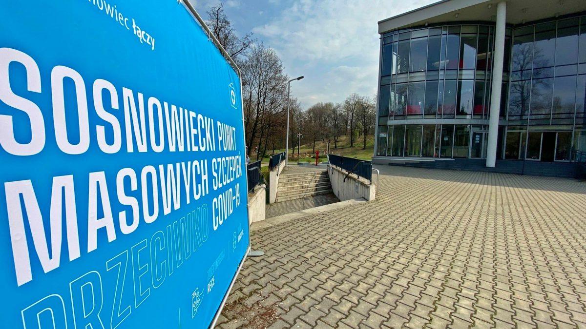 Wejście do szkoły muzycznej w Sosnowcu. Na pierwszym planie- tablica informująca, że mieści się tutaj punkt szczepień przeciwko COVID