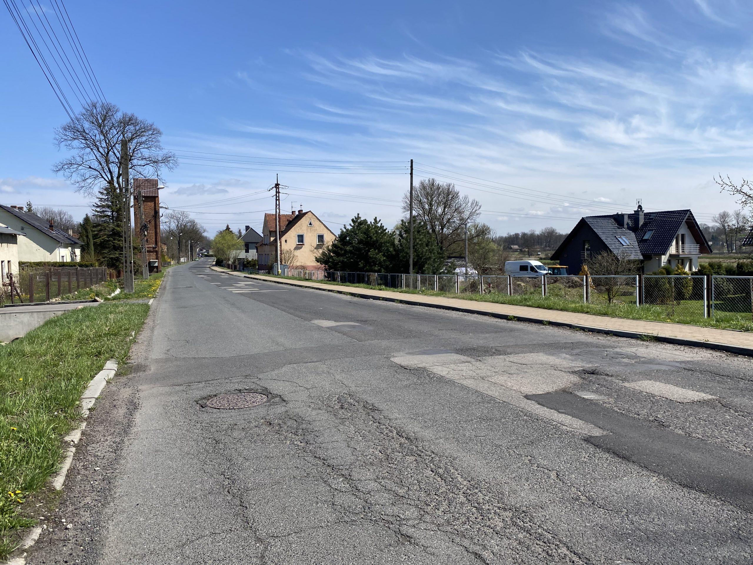 Silnie wyeksploatowana droga w Pyskowicach przed modernizacją