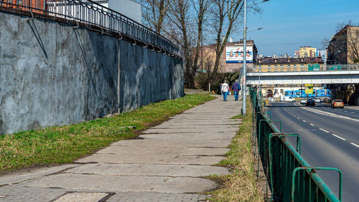 Zniszczony chodnik w Bytomiu