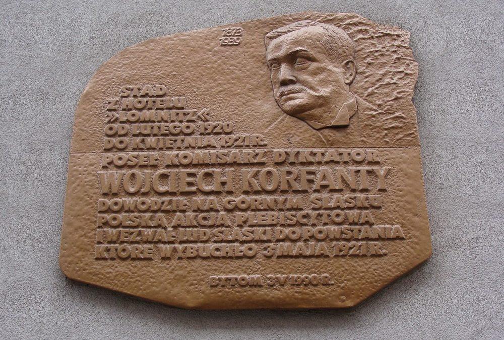 Tablica poświęcona Wojciechowi Korfantemu - Polskiemu Komisarzowi Plebiscytowemu, która znajduje się na budynku przy ul. Gliwickiej w Bytomiu