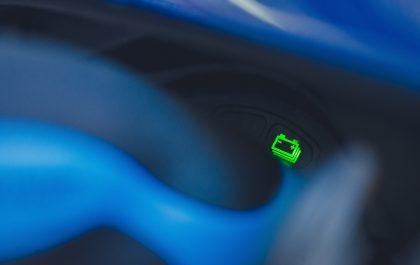 Fragment deski rozdzielczej w pojeździe z wyświetlonym akumulatorem