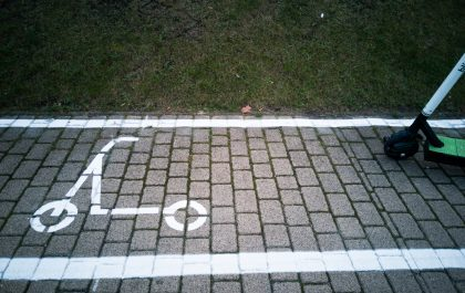 Hulajnoga na wyznaczonym kwadracie do parkowania