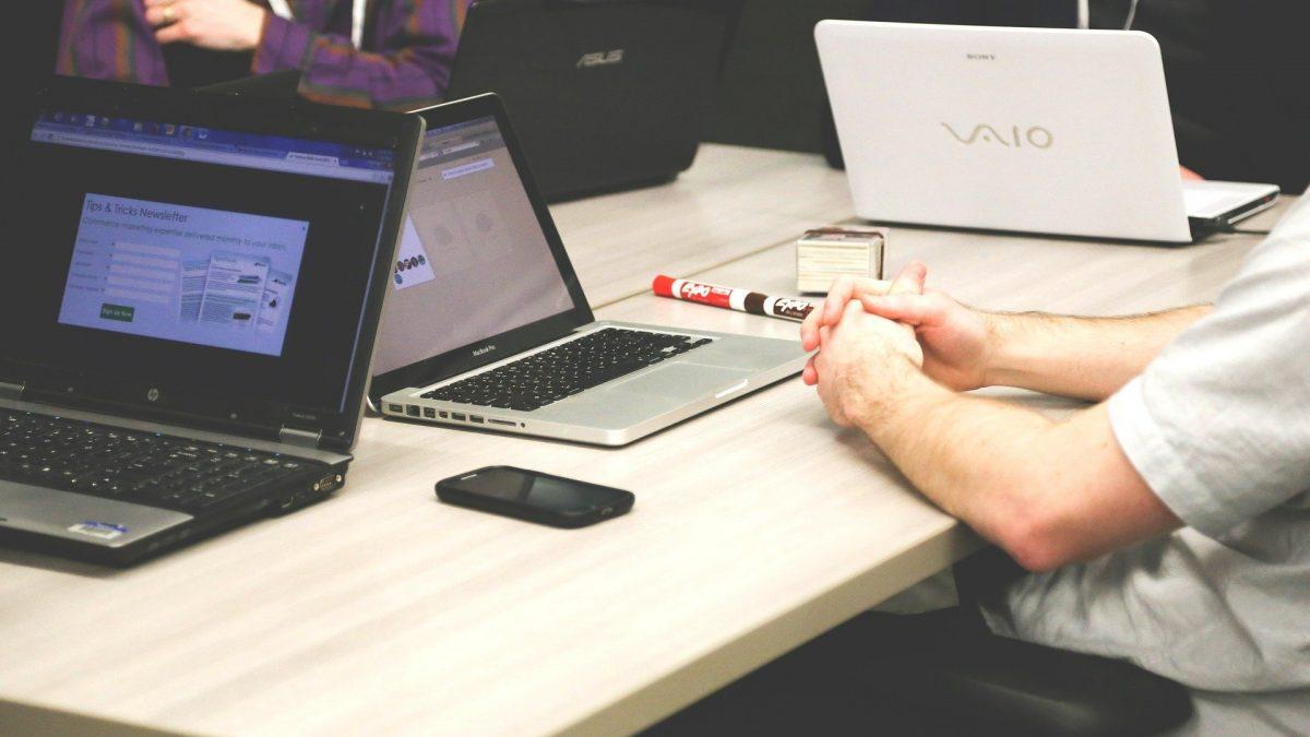 Zdjęcie stołu z laptopami