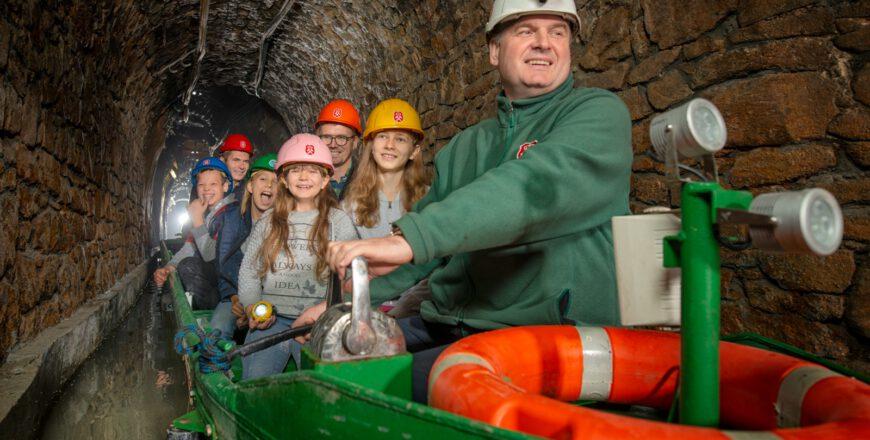Dzieci podczas spływu łódkami w kopalni Królowa Luiza