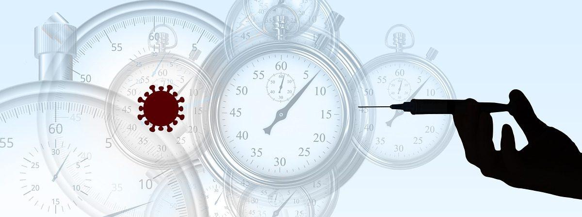 Infografika. Przedstawia koronawirusa, zegary oraz rękę ze strzykawką