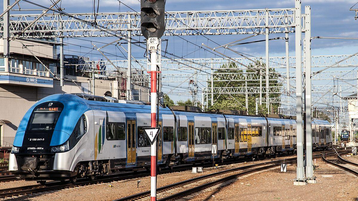 Pociąg Kolei Śląskich na trasie