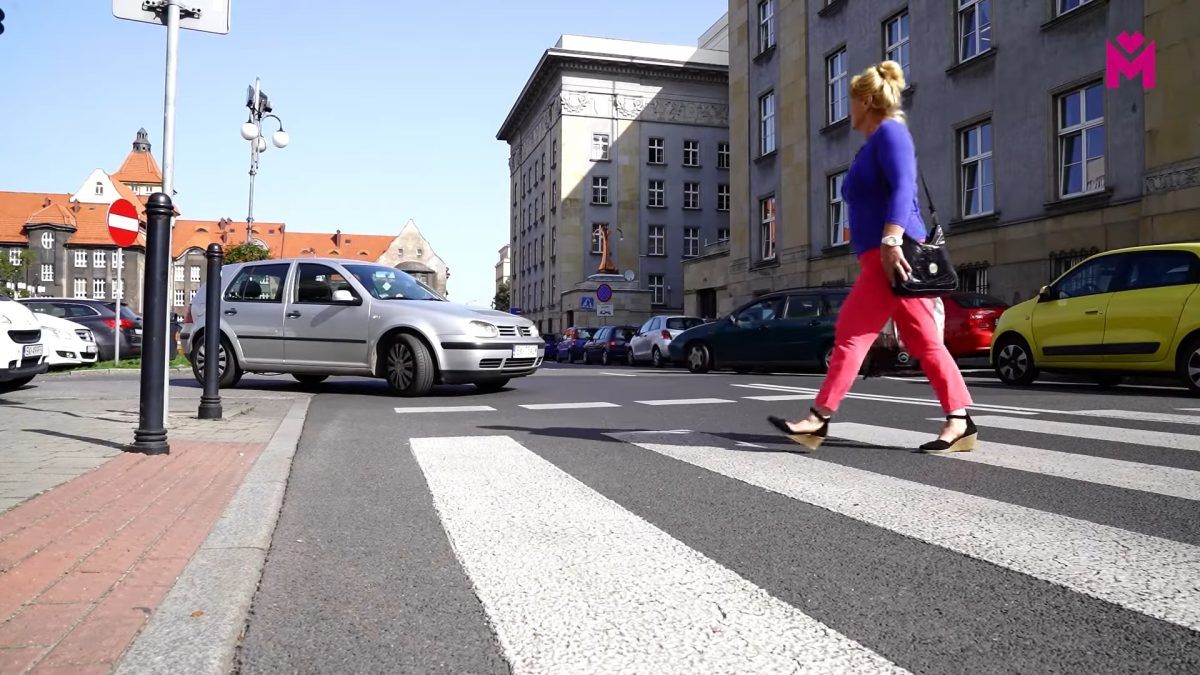 Osoba przechodząca przez przejście dla pieszych