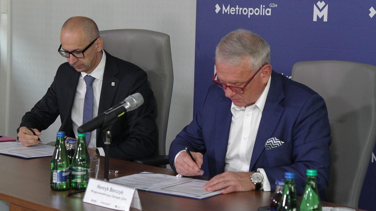 Kazimierz Karolczak i Henryk Borczyk podpisują porozumienie ws. przystąpienia do Porozumienia Burmistrzów