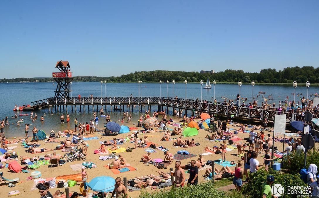 Plażowicze nad jeziorem