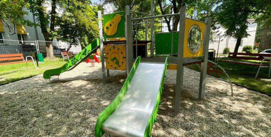 Zjeżdżalnia dla dzieci na placu zabaw