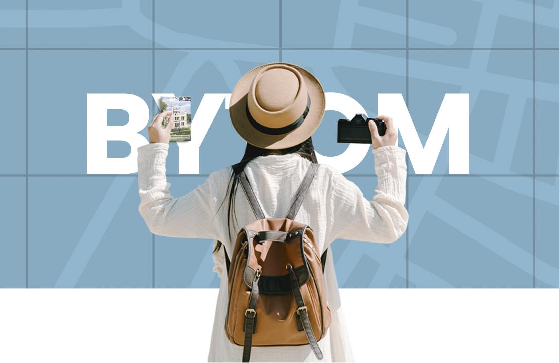 Kobieta z plecakiem i aparatem fotograficznym