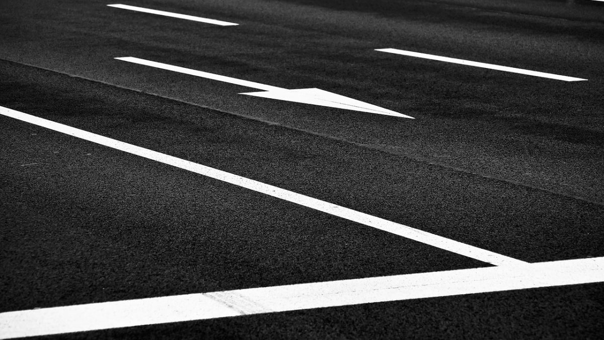 Nawierzchnia drogi z pasami i oznakowaniem ruchu