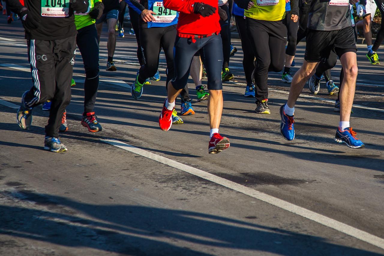 Zdjęcie nóg biegaczy podczas maratonu