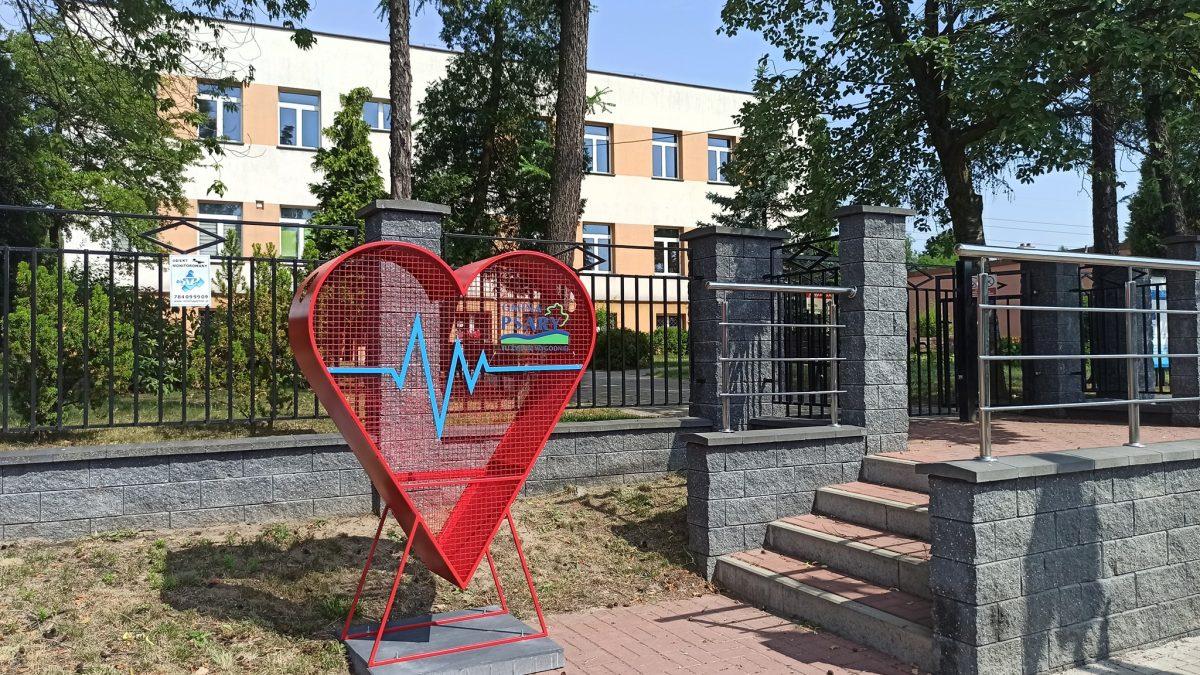 Pojemnik w kształcie serca do zbierania plastikowych nakrętek
