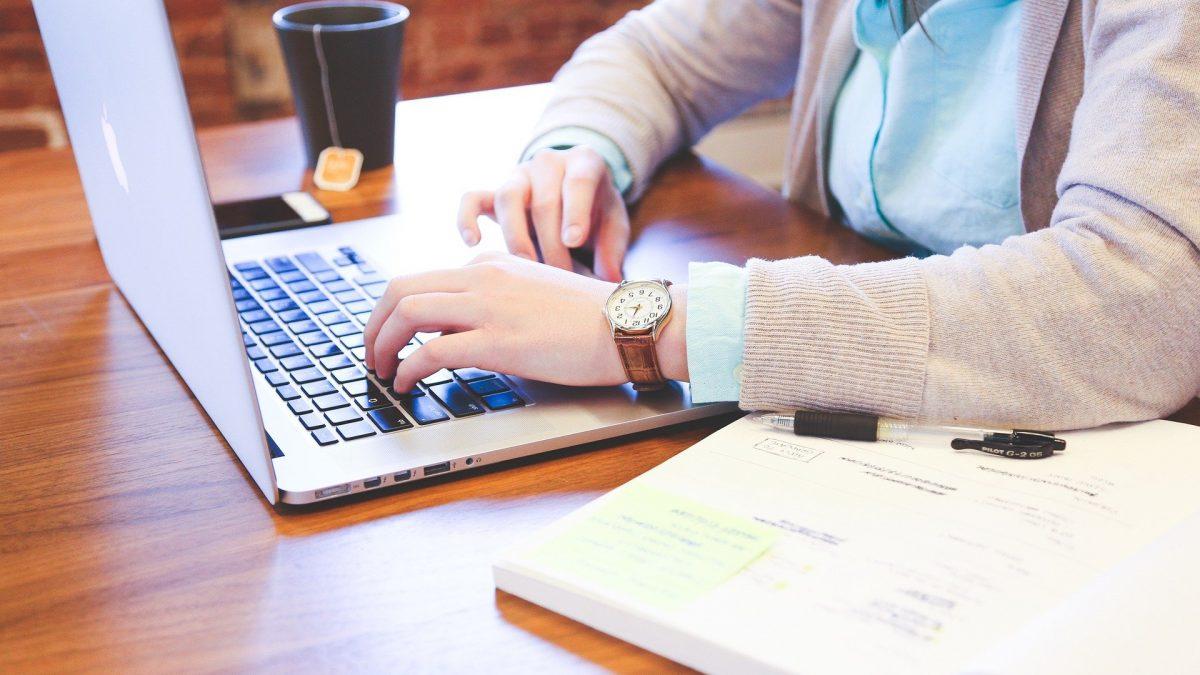 Student pracujący przy laptopie