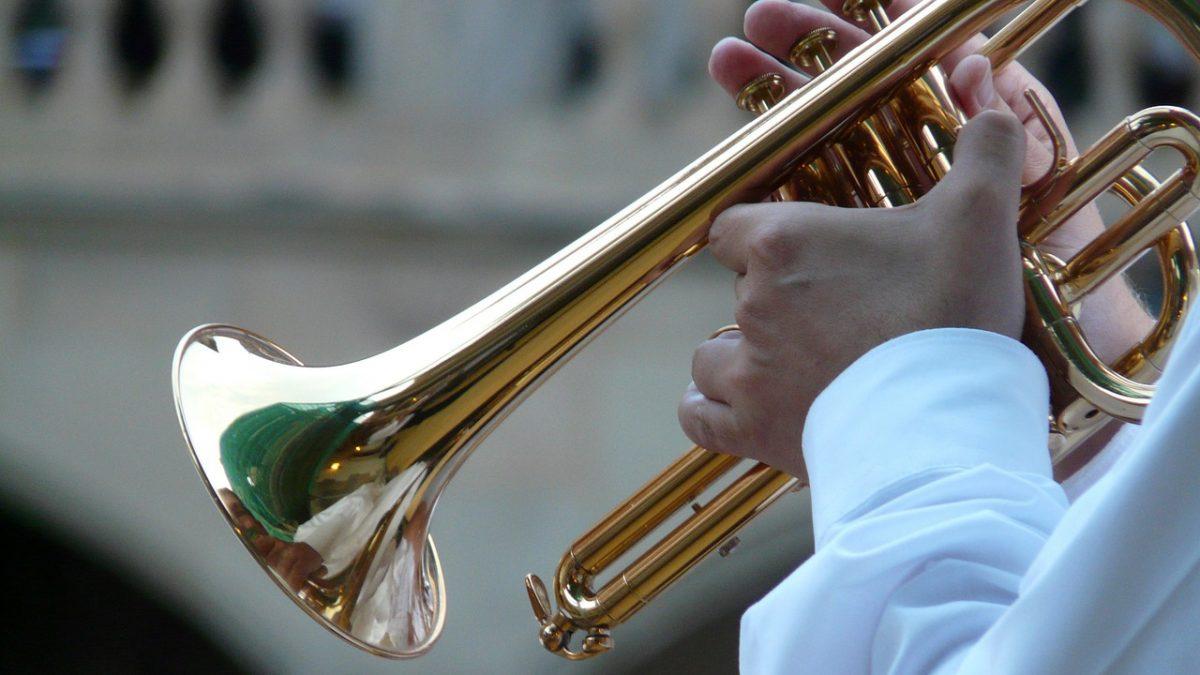 Zbliżenie na trąbkę w rękach muzyka