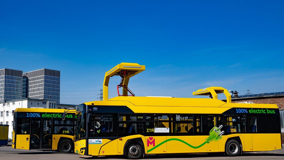 Autobus elektryczny na stacji ładowania