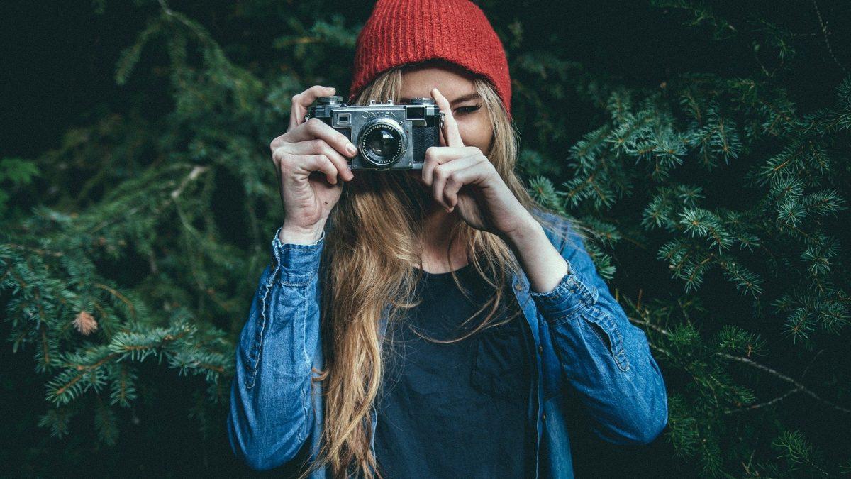 Dziewczyna z aparatem fotograficznym
