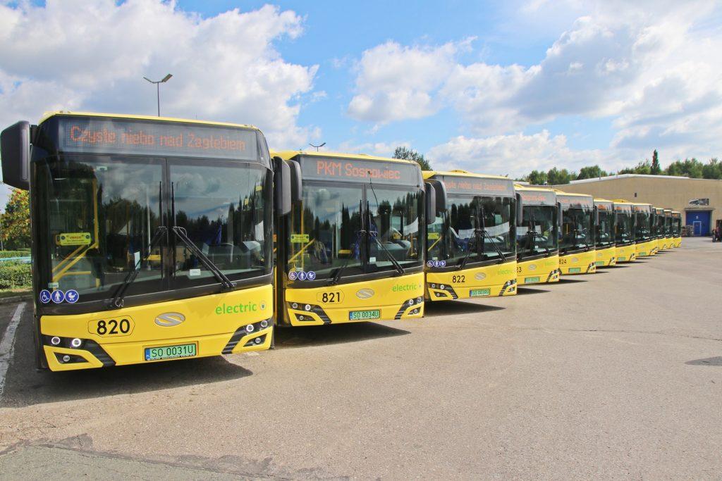 Autobusy elektryczne ustawione w szeregu na placu zajezdni PKM Sosnowiec