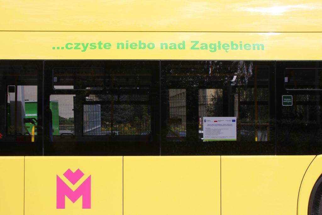 Bok autobusu elektrycznego z logiem Metropolii - fuksjową literą M
