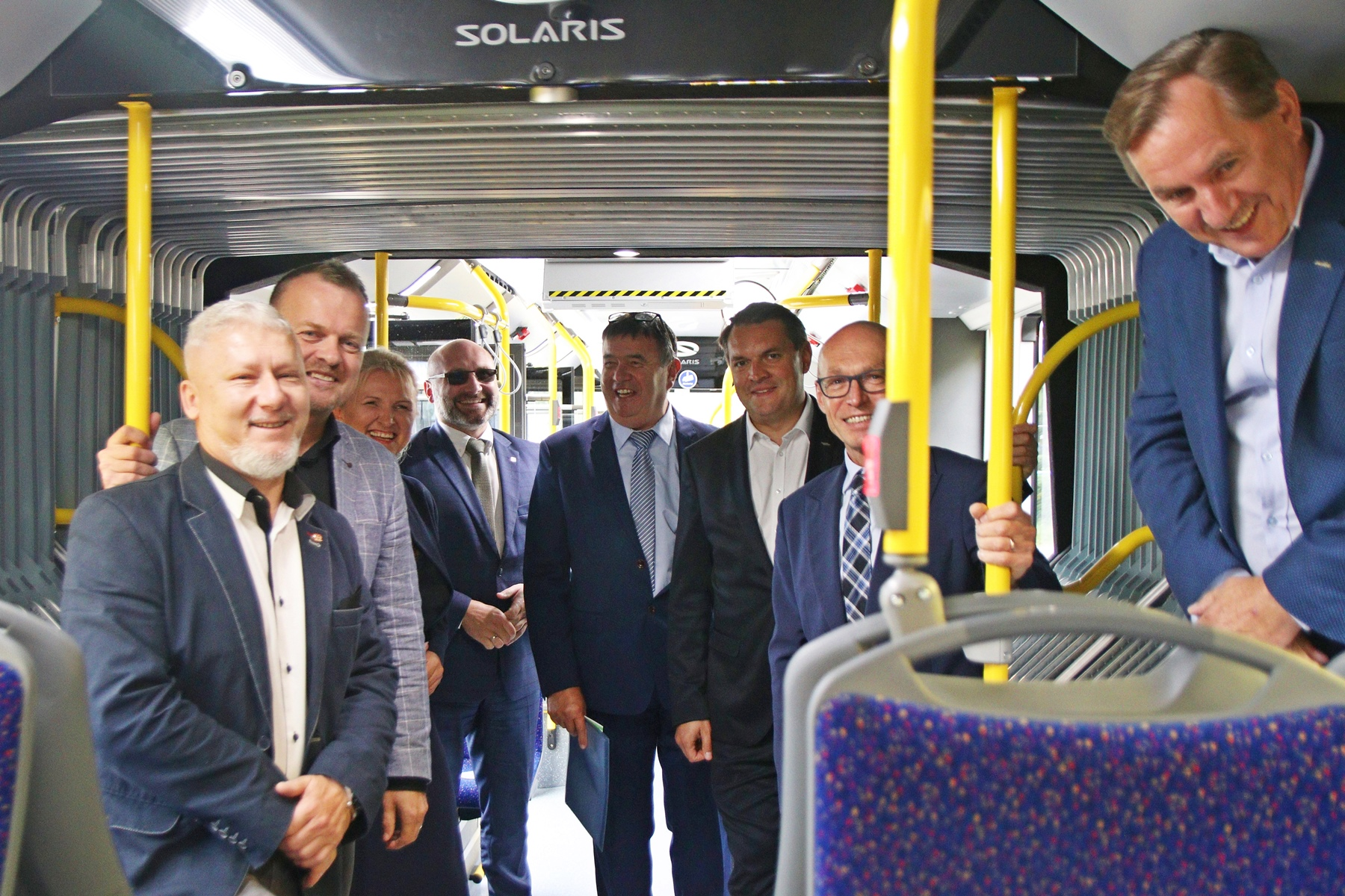 M.in. Prezydent Sosnowca, przewodniczący Grzegorz Kwitek oraz prezydent Dąbrowy Górniczej stoją wewnątrz autobusu elektrycznego, który odebrał PKM Sosnowiec