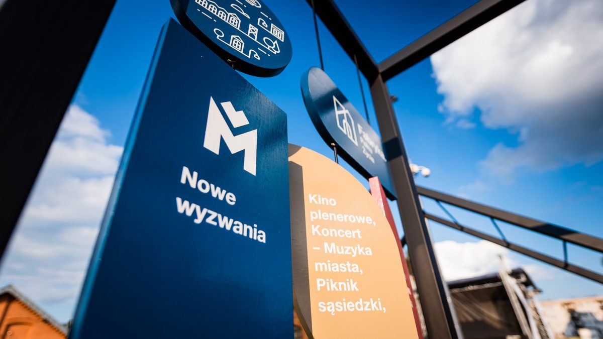 Instalacja z logiem Metropolii GZM i hasłem: Nowe wyzwania