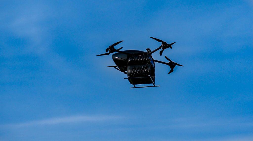 Dron transportowy w locie