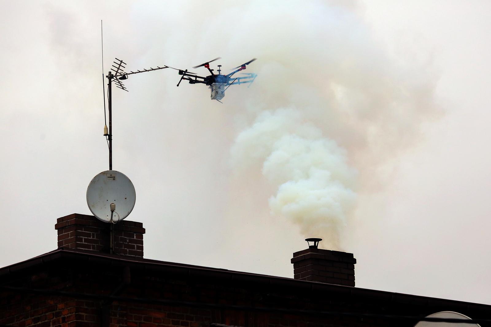 Dron latający nad kominem