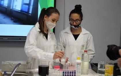 Uczennice w pracowni chemicznej
