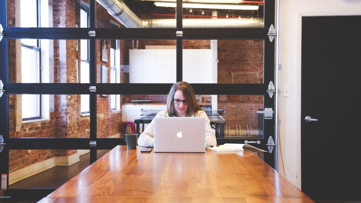 Kobieta przy laptopie